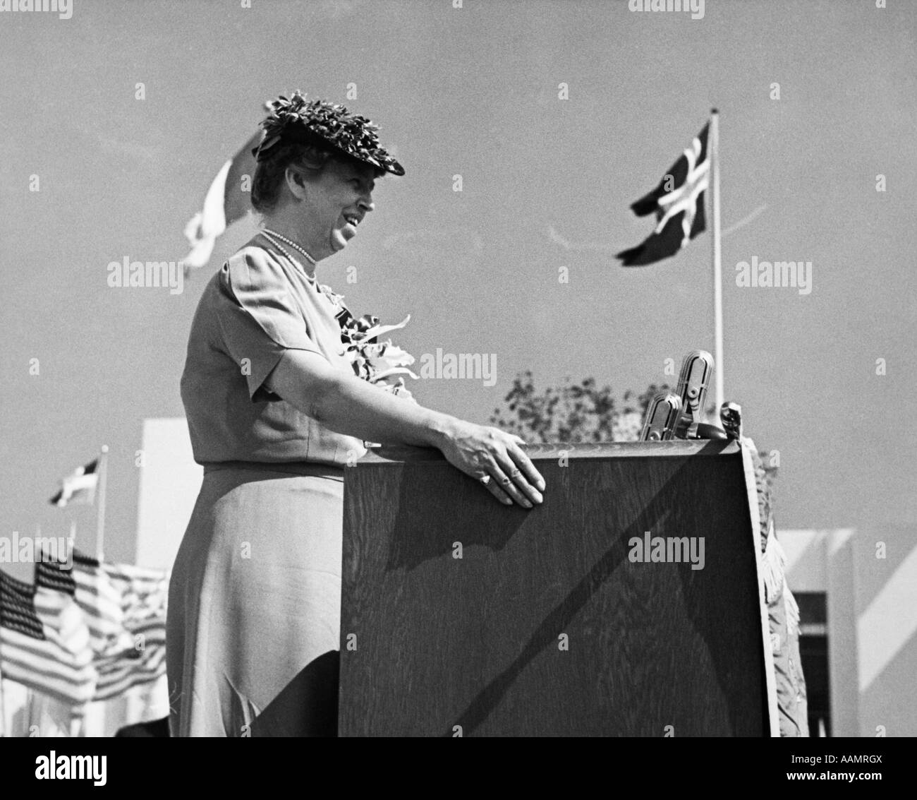 1930s FIRST LADY ELEANOR ROOSEVELT STANDING AT A PODIUM AT THE NEW YORK WORLD'S FAIR PUBLIC SPEAKING - Stock Image