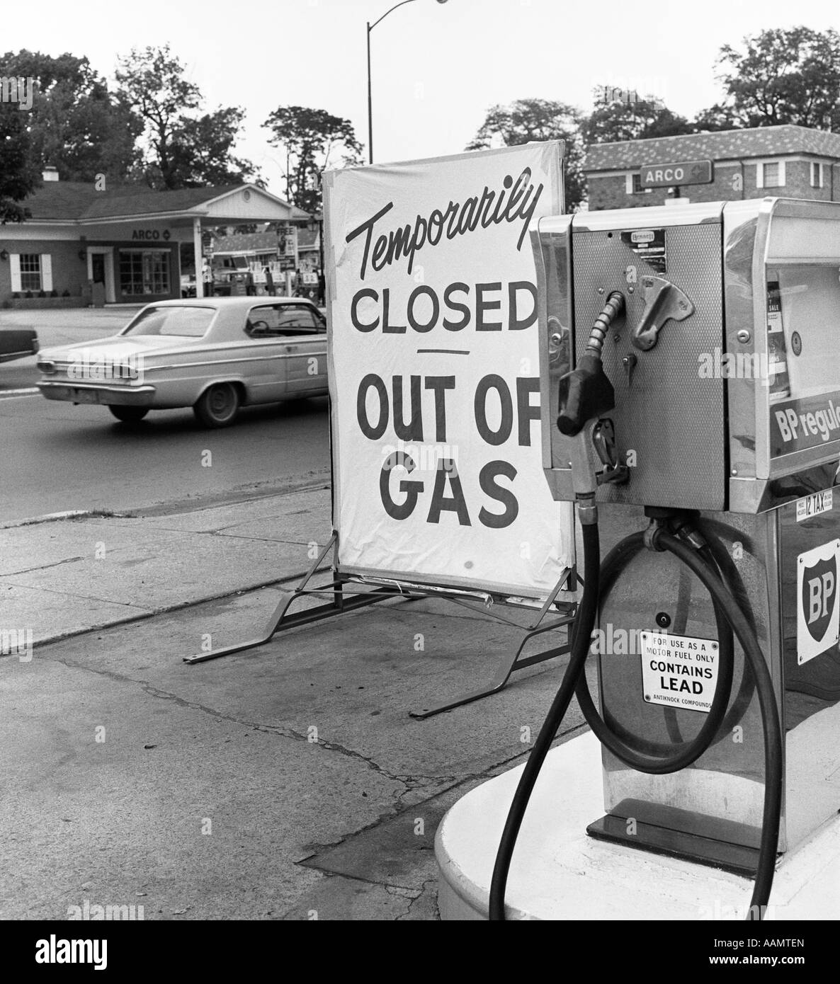 1970s TEMPORARILY CLOSED OUT OF GAS SIGN BY GAS STATION PUMP DURING GASOLINE SHORTAGE CRISIS OPEC OIL - Stock Image