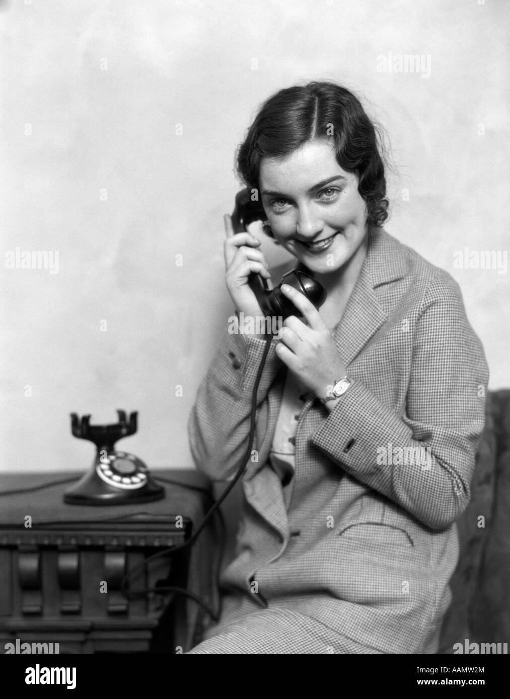 1920s SMILING WOMAN TALKING ON TELEPHONE - Stock Image