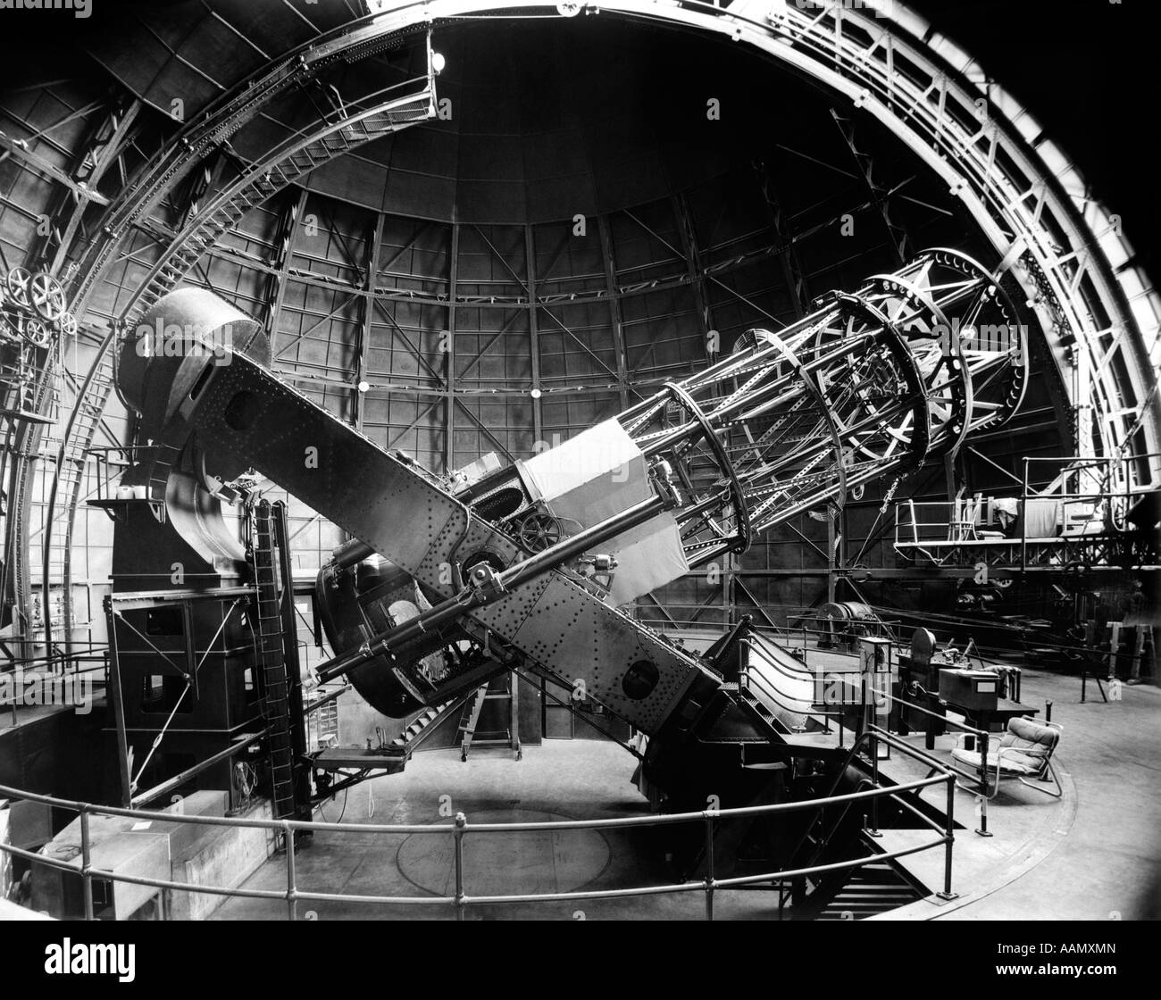 1960s SIDE VIEW OF 100-INCH HOOKER TELESCOPE IN OBSERVATORY - Stock Image