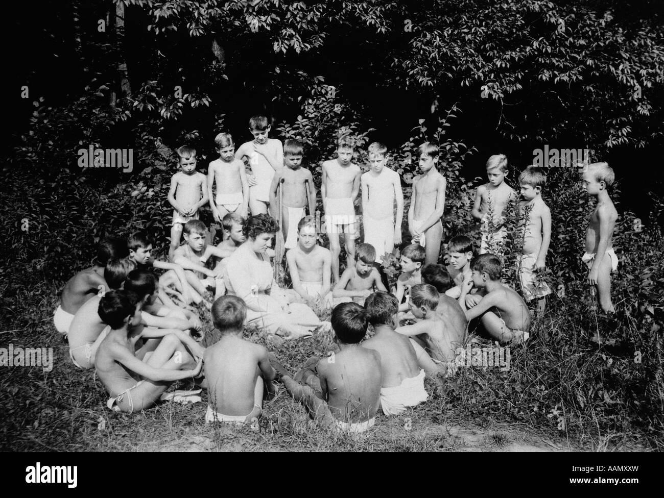 1920s 1930s PERRYSBURG NY SANITARIUM GROUP OF TUBERCULAR CHILDREN TAKING SUN AND OPEN AIR CURE TUBERCULOSIS - Stock Image