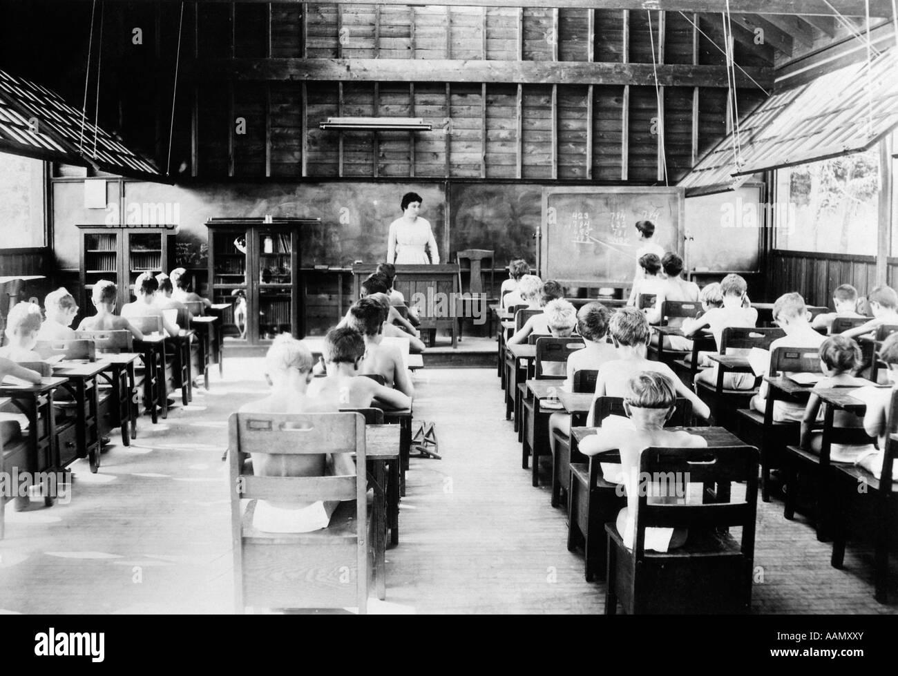 1920s PERRYSBURG SANITARIUM FOR TUBERCULAR CHILDREN STRIPPED TO WAIST WEARING LITTLE STUDYING CLASSROOM - Stock Image