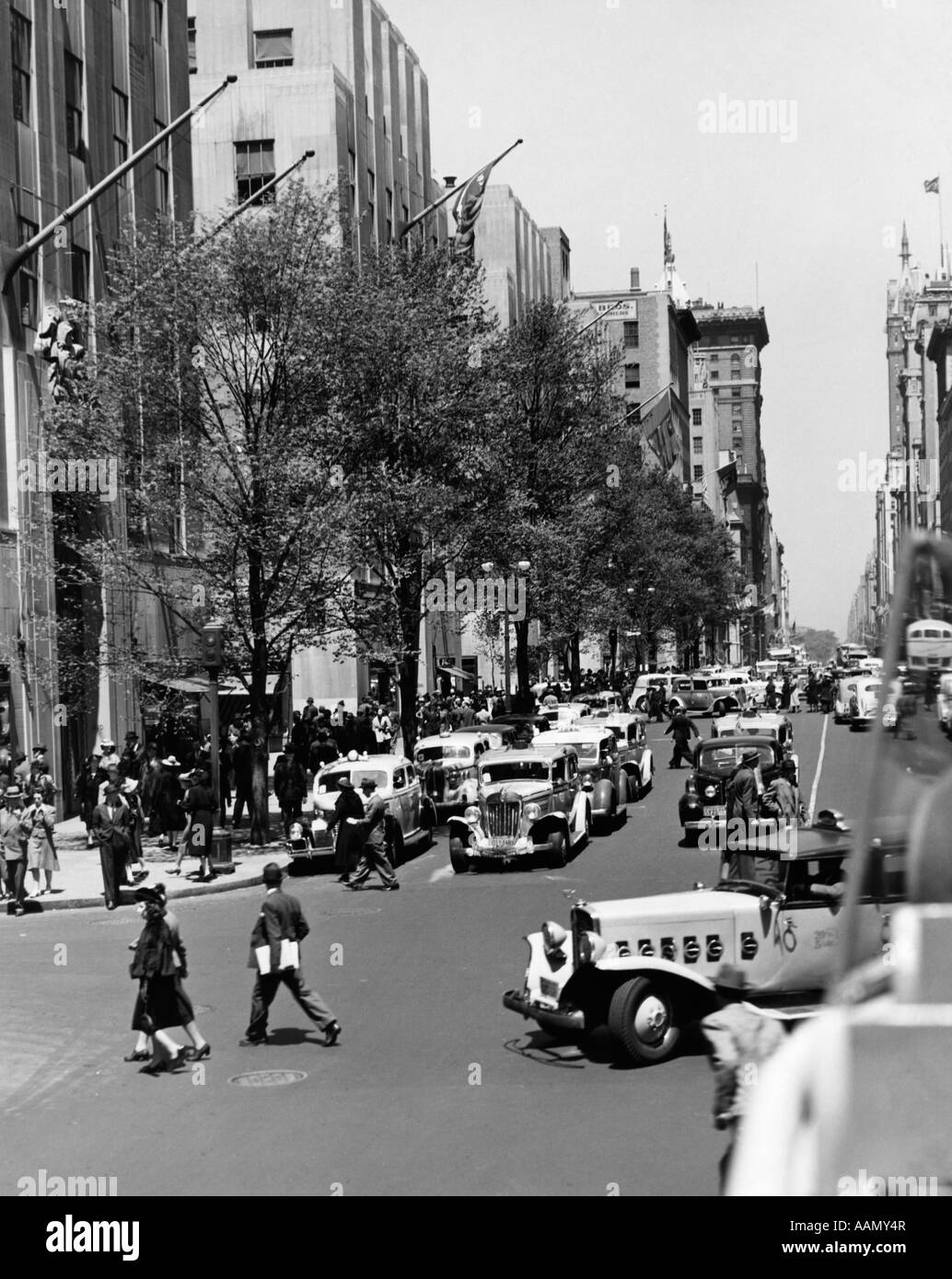1930s 1940s 1939 ROCKEFELLER CENTER AUTOMOBILE AND PEDESTRIAN TRAFFIC FIFTH AVENUE NEW YORK CITY USA - Stock Image