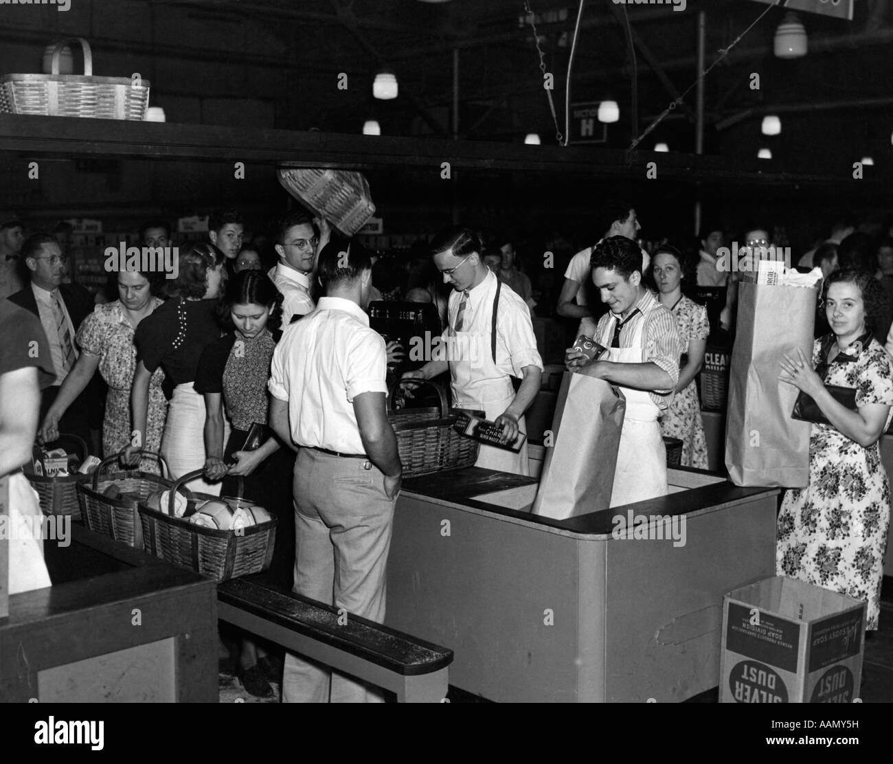 1930s 1939 CHECKOUT CASH REGISTERS SUPERMARKET TRENTON NJ CUSTOMERS CARRY FOOD AND GROCERIES - Stock Image