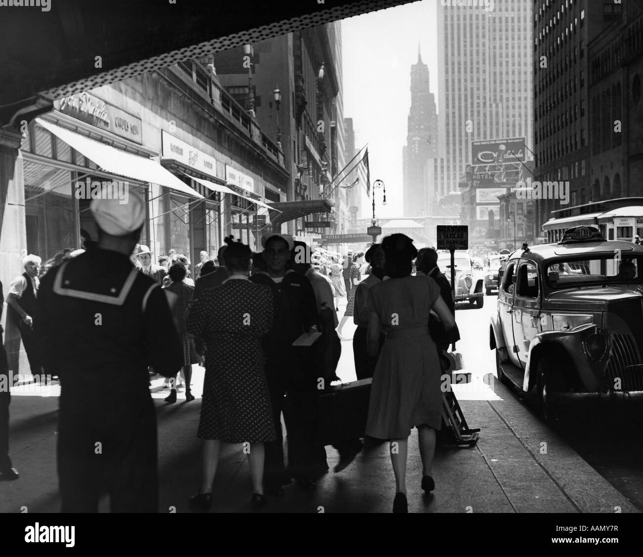 1940s GRAND CENTRAL STATION PEDESTRIAN SAILOR UNIFORM TAXI STORE MEN WOMEN 42ND STREET SIDEWALK NYC USA - Stock Image