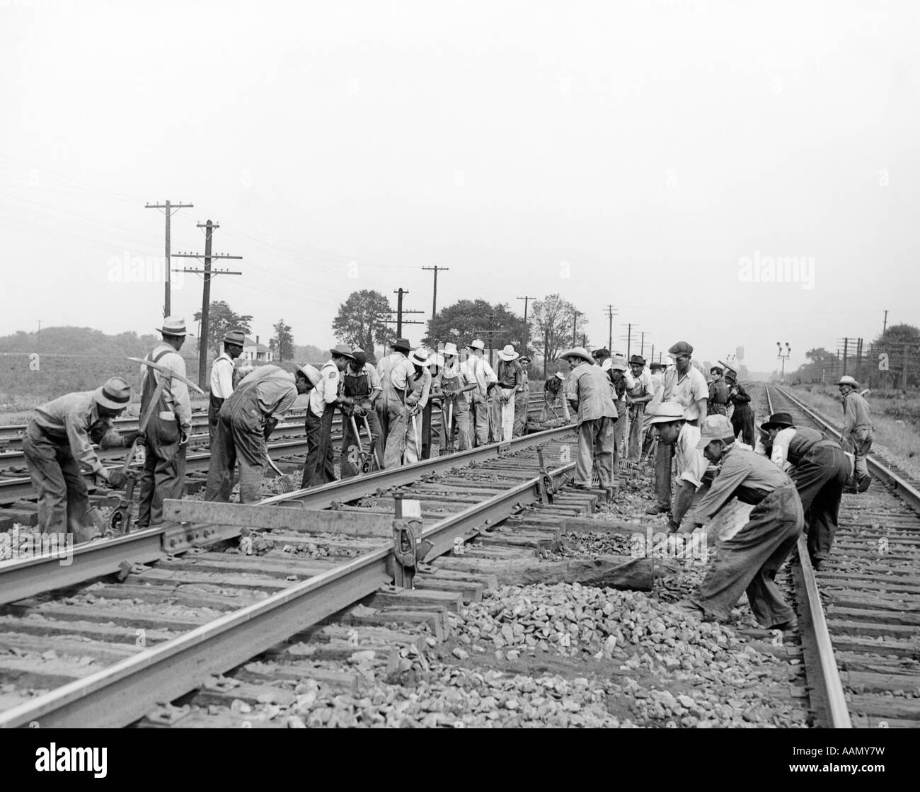 1930s 1940s MEXICAN LABORERS WORKING ON NEW YORK CENTRAL RAILROAD - Stock Image