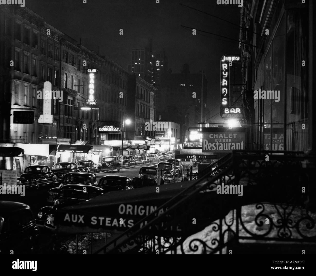 1940s NIGHT STREET SCENE NEW YORK CITY WEST 52nd STREET LIGHTS FROM NUMEROUS CLUBS AND NIGHTCLUBS - Stock Image