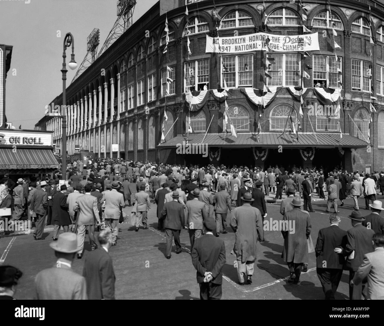 OCTOBER 1947 DODGER BASEBALL FANS POUR INTO MAIN ENTRANCE BROOKLYN BOROUGH EBBETS FIELD NEW YORK CITY USA - Stock Image