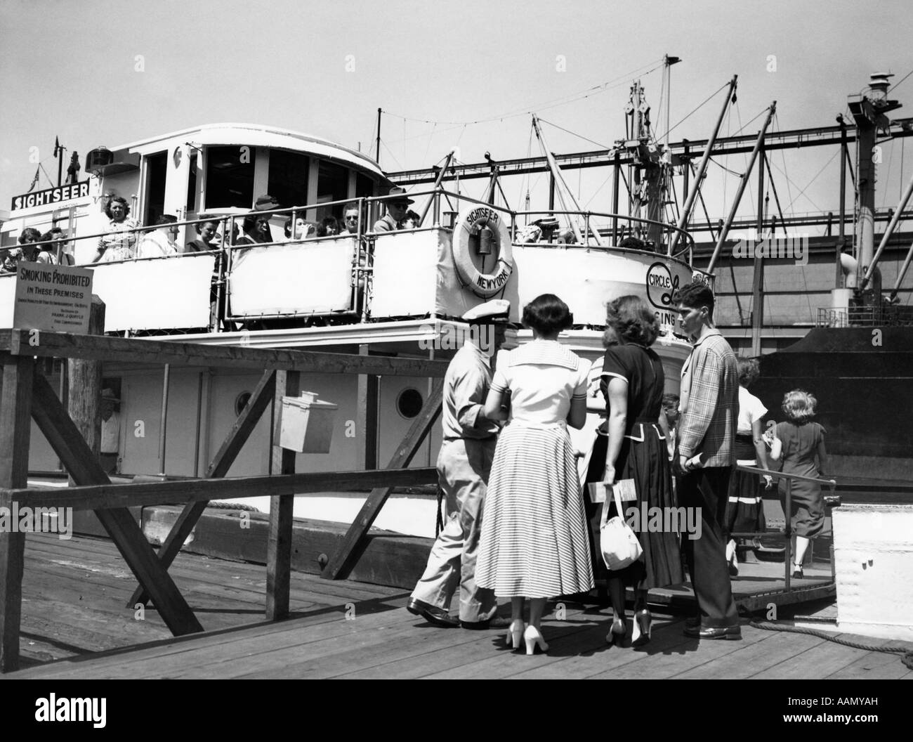 1950s TAKING TICKETS AS TOURIST GO ABOARD CIRCLE LINE BOAT SIGHTSEEING TRIP CRUISE AROUND MANHATTAN ISLAND NEW YORK - Stock Image