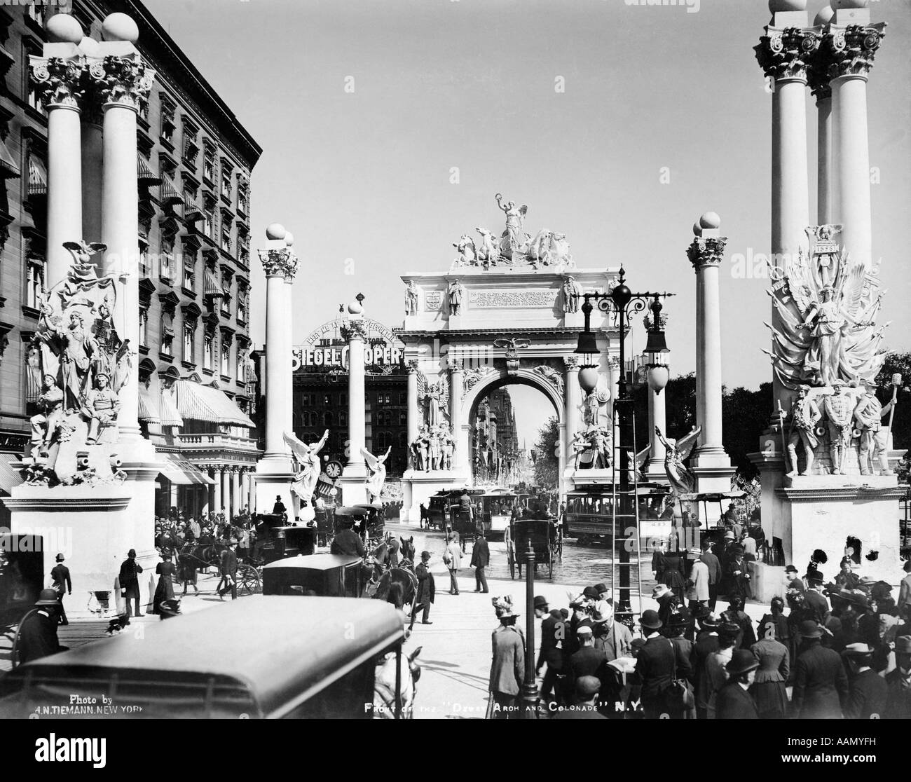 1898 TRIUMPHAL WOOD PLASTER ARCH COLUMNS MADISON SQUARE PARK NYC CELEBRATE COMMODORE DEWEY MANILA VICTORY SPANISH - Stock Image