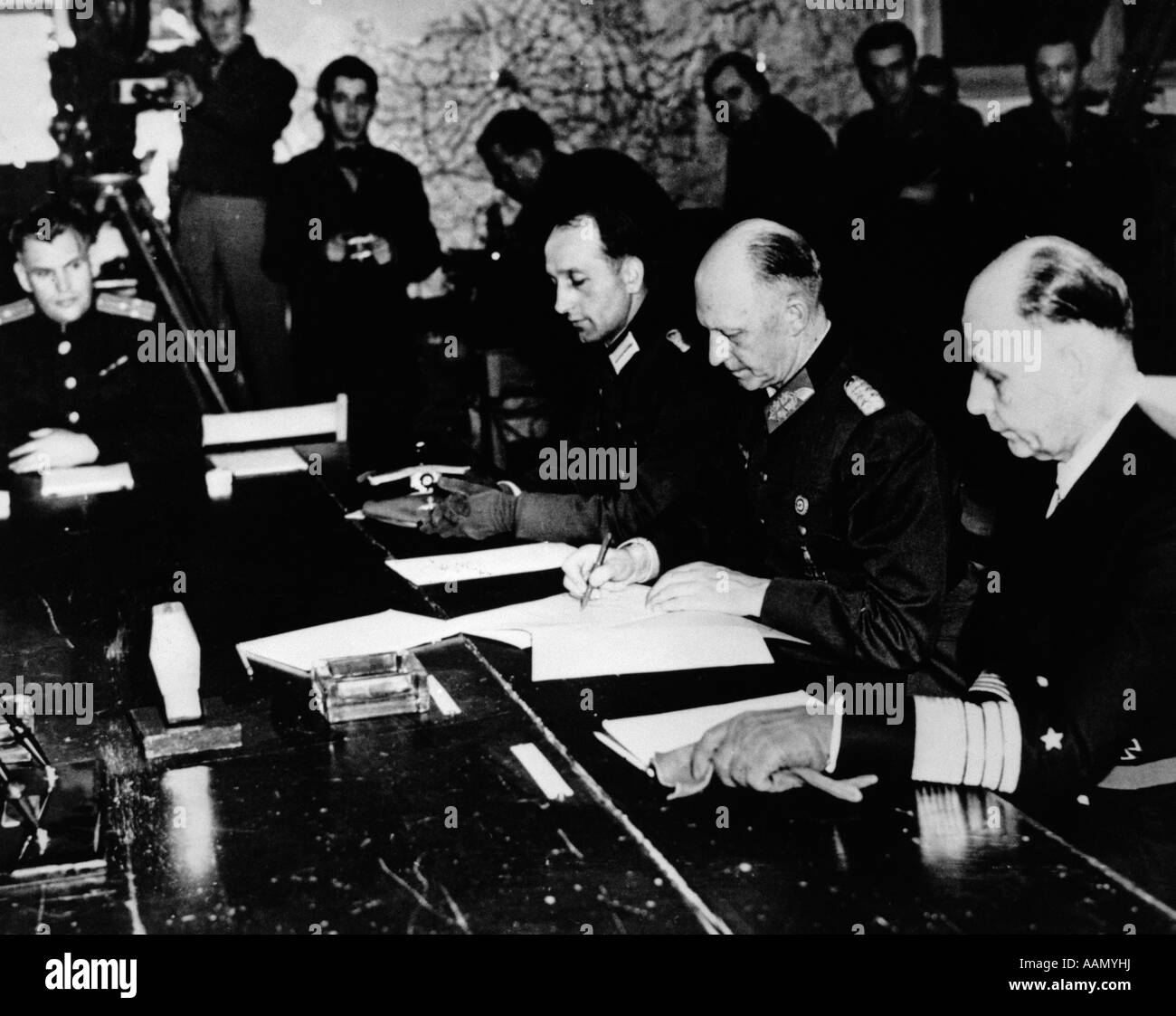 1940s GERMAN GENERAL JODL SIGNS SIGNING SURRENDER PAPERS MAY 7 1945 RHEIMS FRANCE - Stock Image