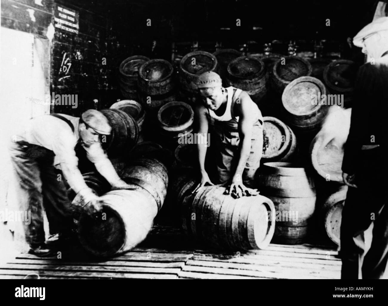 1920s 1930s PROHIBITION LABORERS UNLOAD 200 KEGS OF BEER SEIZED BY FEDERAL AGENTS MIDDLETOWN NY USA - Stock Image