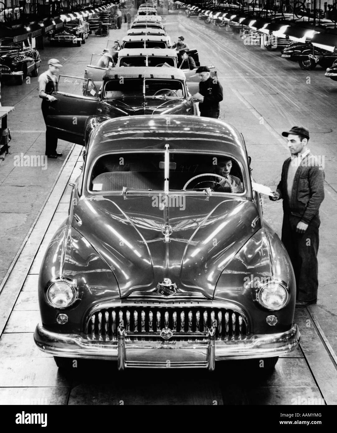 1950s BUICK AUTOMOBILE ASSEMBLY LINE DETROIT MICHIGAN HEAD-ON VIEW - Stock Image