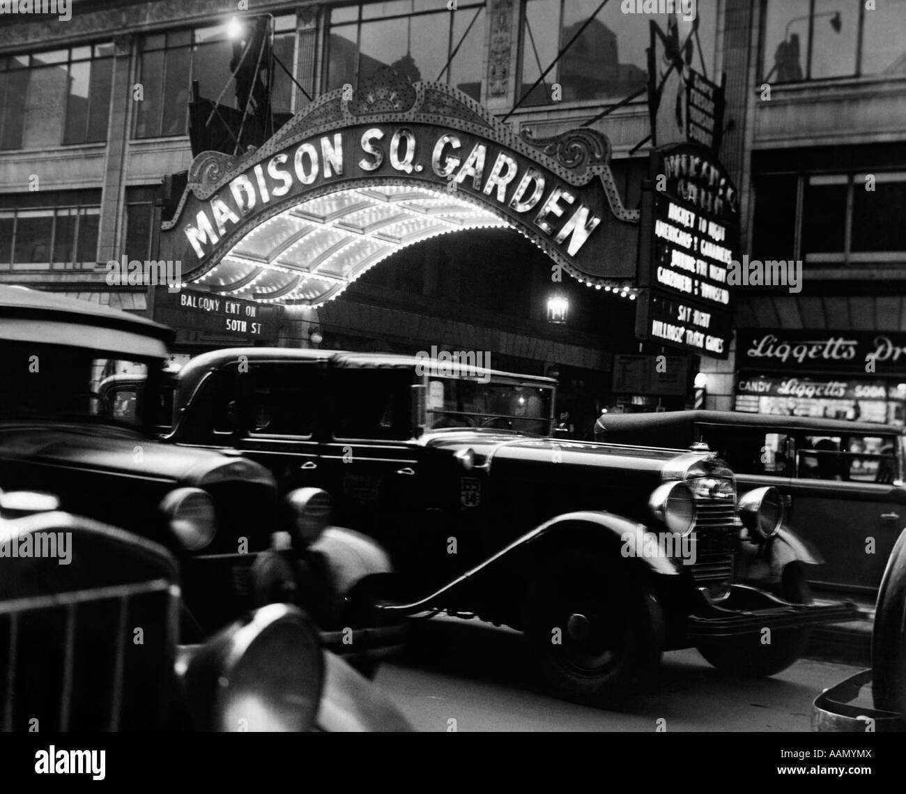 1920s 1930s CARS TAXIS MADISON SQUARE GARDEN MARQUEE AT NIGHT MANHATTAN NEW YORK CITY USA - Stock Image