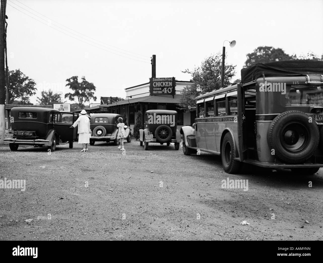 1930s ROADSIDE DINER RESTAURANT BUS STOP WOMAN GIRL IN PARKING LOT CARS CHICKEN 40 CENTS CROTON NEW YORK JULY 5 - Stock Image