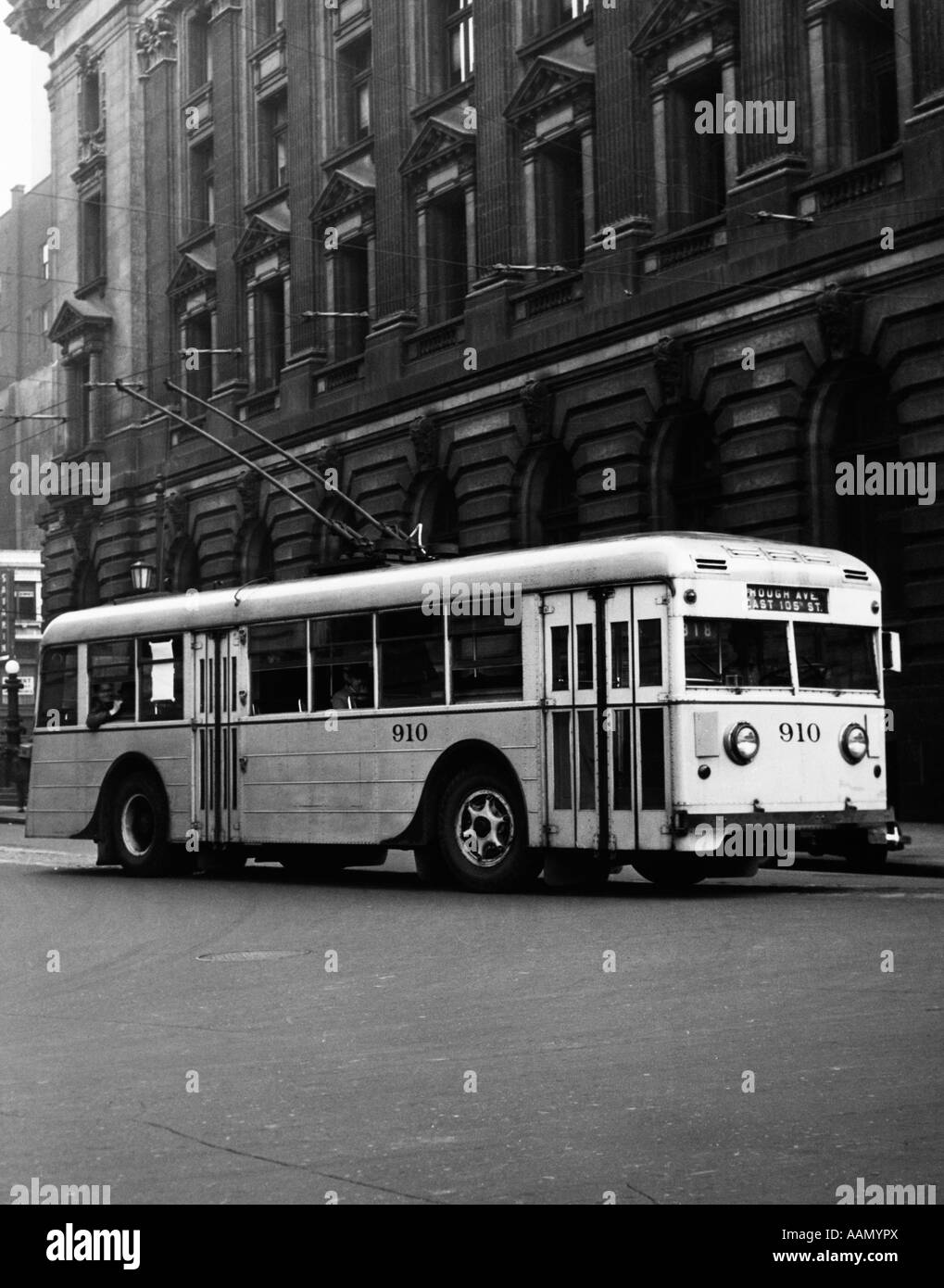 1930s 1940s TRACKLESS TROLLEY ELECTRIC BUS ABOUT TO ROUND CURVE PUBLIC TRANSPORTATION CLEVELAND OHIO USA - Stock Image