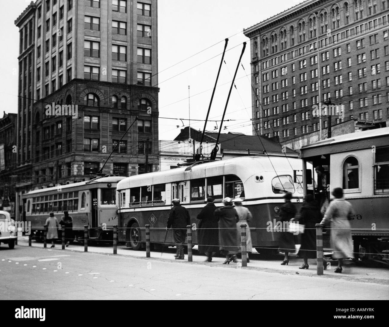 1930s 1940s LINE MODERN TROLLEY BUS CARS MEN WOMEN COMMUTERS CITY TRANSPORTATION DAYTON OHIO - Stock Image
