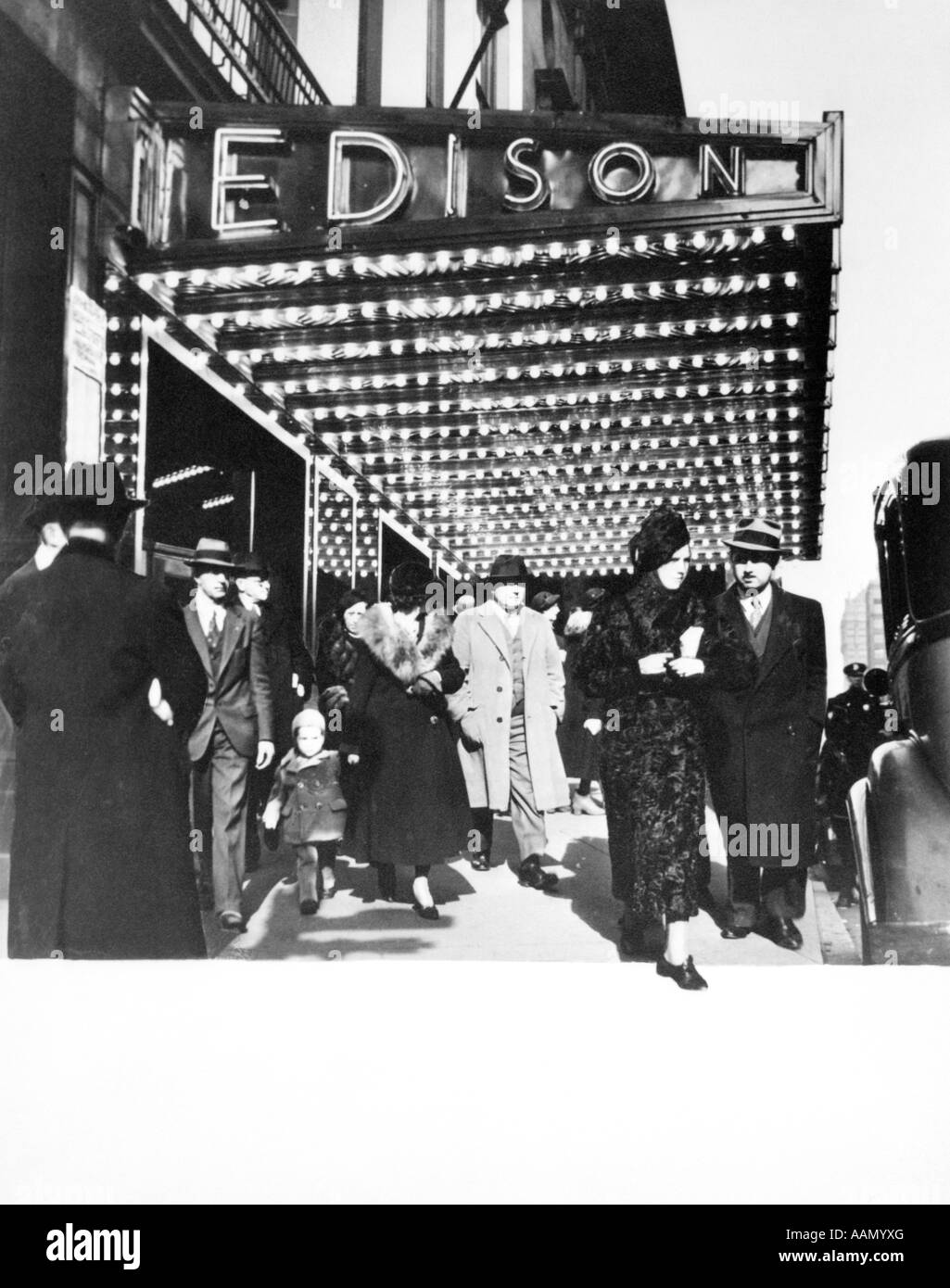 1930s PEDESTRIANS IN FRONT OF HOTEL EDISON MARQUEE NEW YORK CITY THEATER DISTRICT MANHATTAN WEST 47TH STREET - Stock Image