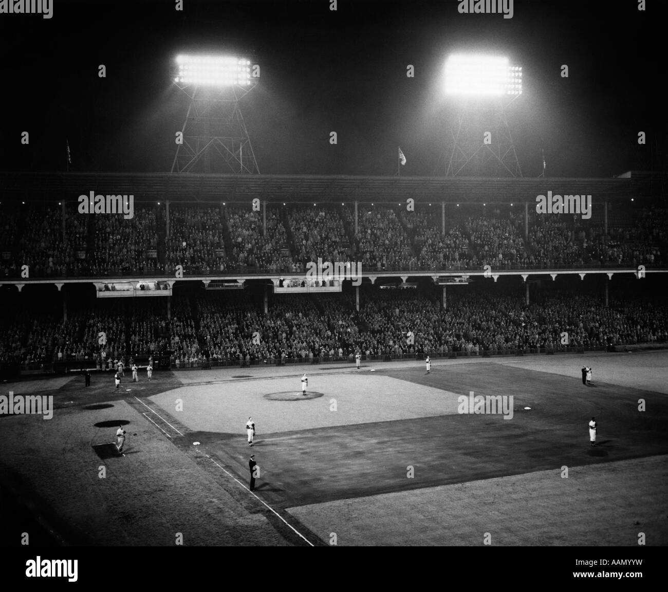 1940s 1947 BASEBALL GAME EBBETS FIELD BROOKLYN NEW YORK PLAYERS STANDING FOR NATIONAL ANTHEM - Stock Image