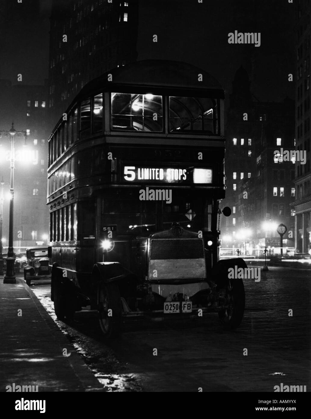 1930s DOUBLE-DECKER 5TH AVENUE BUS AT NIGHT NEAR FLATIRON BUILDING NEW YORK CITY USA - Stock Image