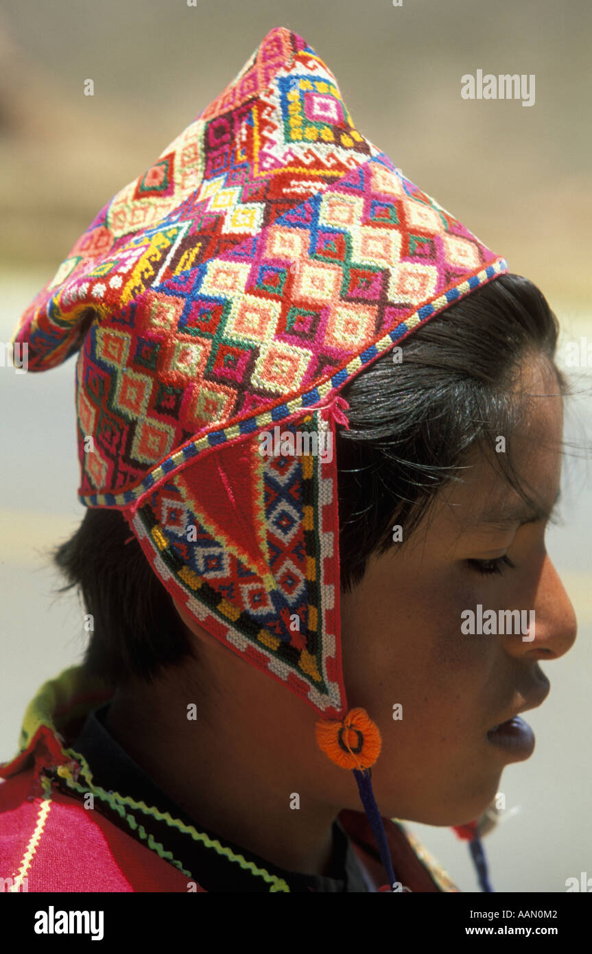 An Indian boy wears a traditional colorful headcloth in the Bolivain  Andes in between Oruro and Cochabamba - Stock Image