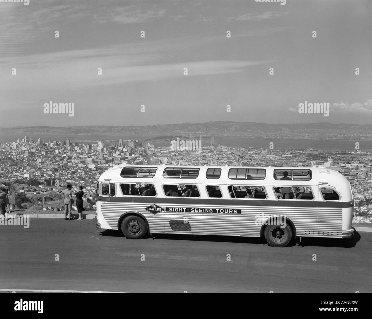 1950s SIGHTSEEING TOUR BUS PARKED AT TWIN PEAKS FOR VIEW OF SAN FRANCISCO & BAY AREA - Stock Image