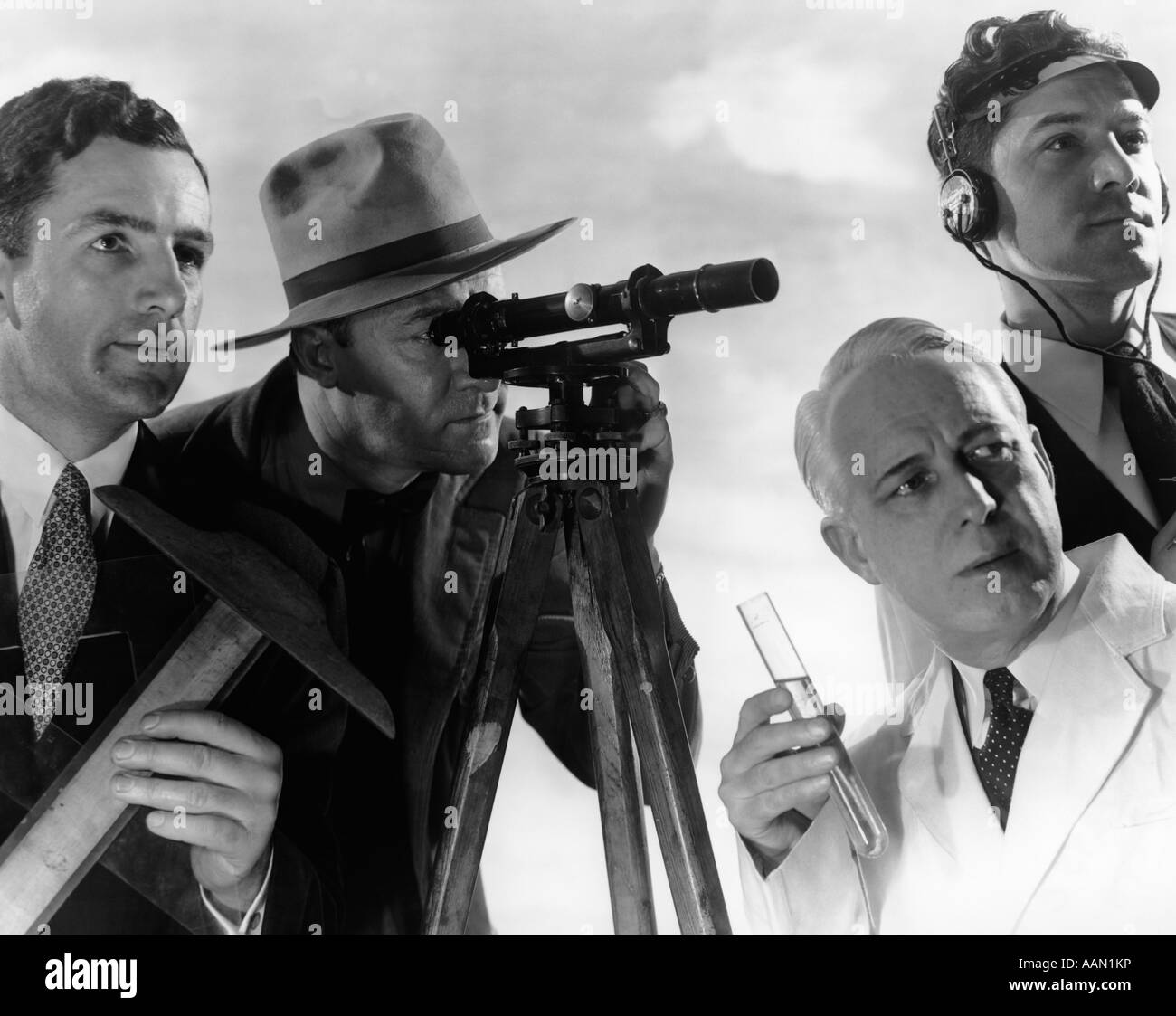 1950s GROUP OF 4 MEN OF VARIOUS TECHNICAL PROFESSIONS - Stock Image