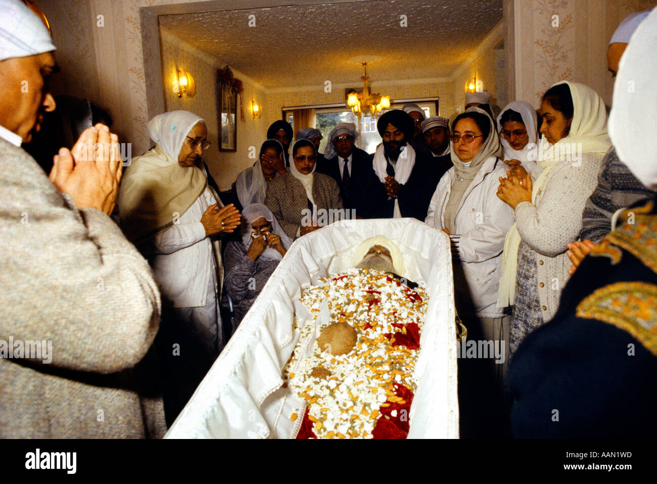 Sikh funeral stock photos sikh funeral stock images alamy sikh funeral women paying last respects at home stock image izmirmasajfo