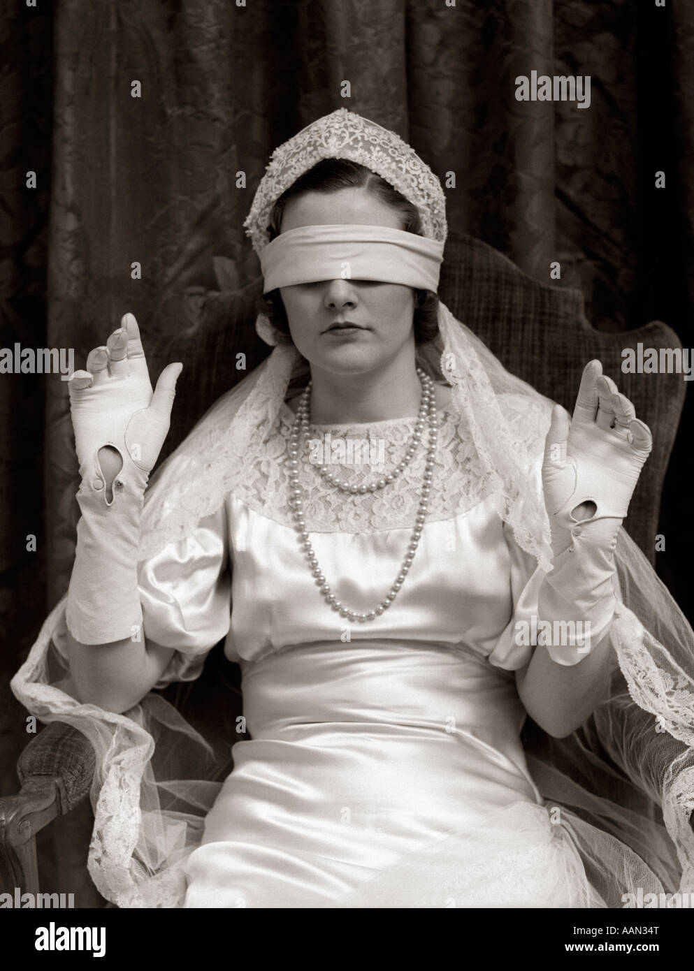 1930s BRIDE WEARING BLINDFOLD - Stock Image