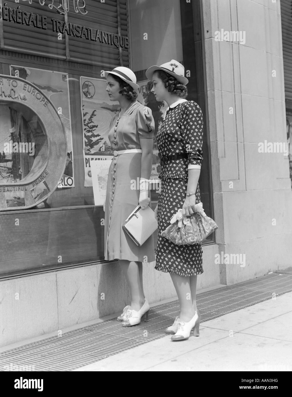 1930s TWO YOUNG WOMEN WINDOW SHOPPING - Stock Image