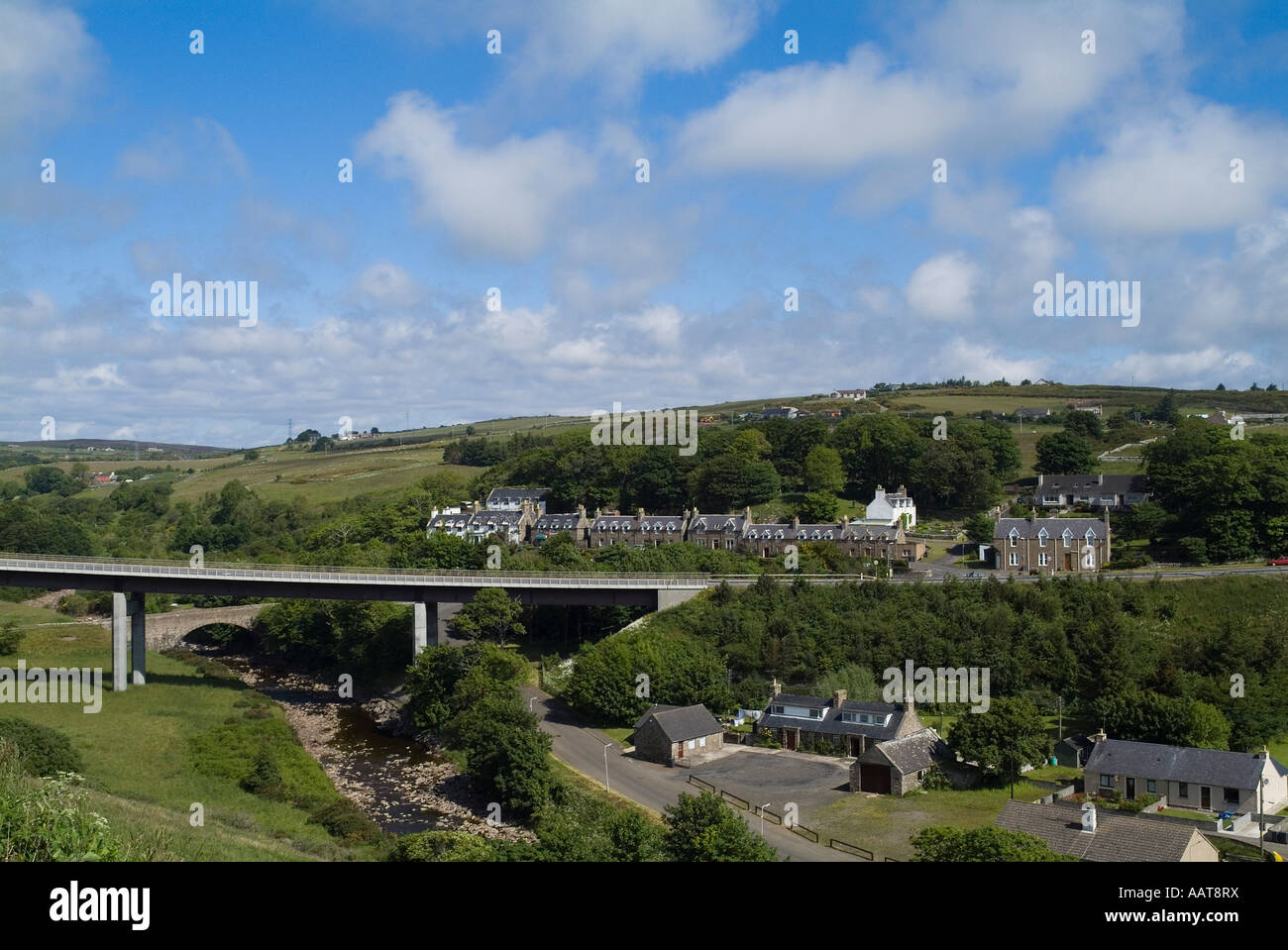 dh  DUNBEATH CAITHNESS Row of houses in village above A9 road bridge spanning Dunbeath Water - Stock Image
