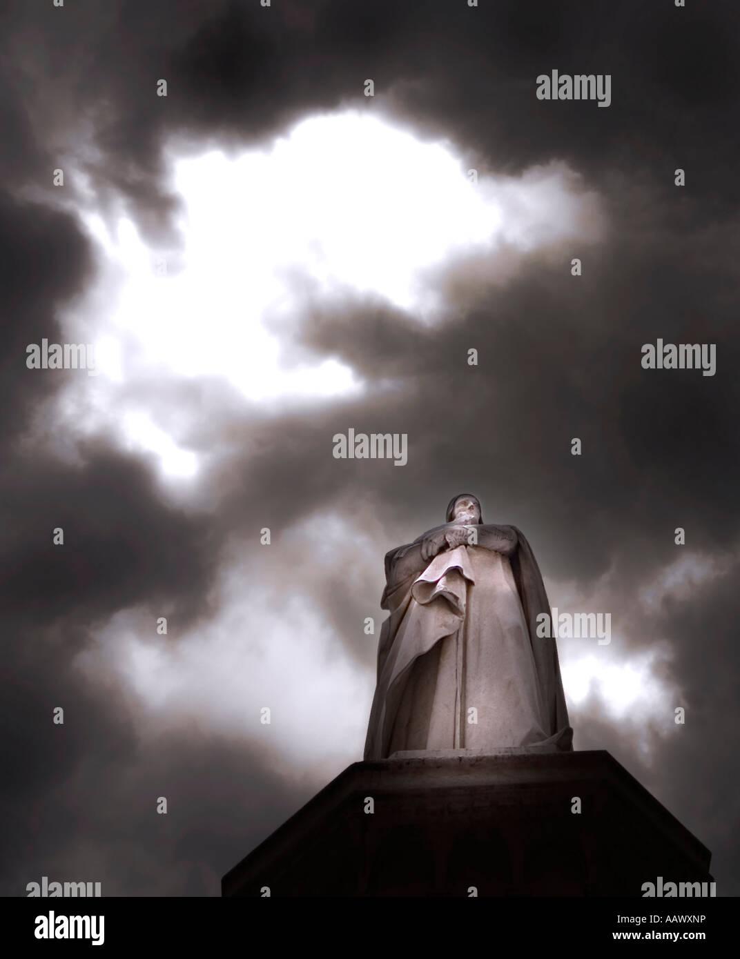 Moody image of the statue of Dante in the Piazza dei Signori Verona Italy - Stock Image