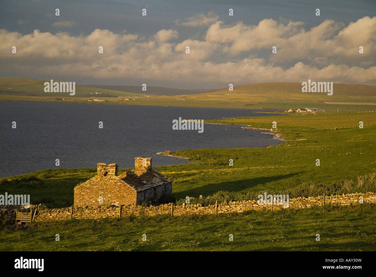 dh Loch of Boardhouse BIRSAY ORKNEY Ruined derelict croft cottage lochside hillside at dusk countryside uk remote Stock Photo