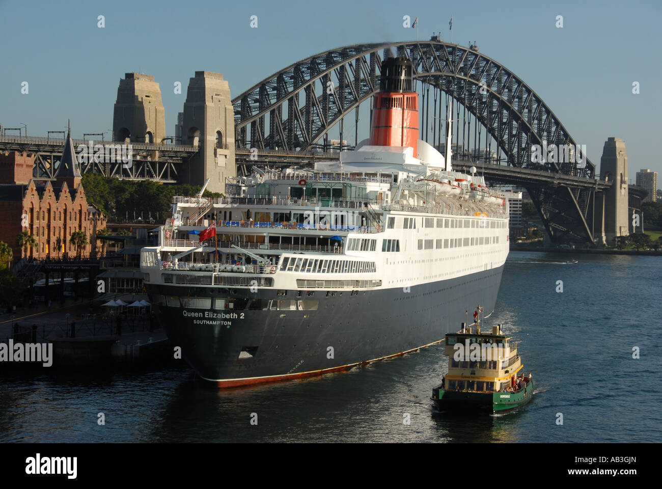 QE2 cruise ship in Sydney harbour - Stock Image