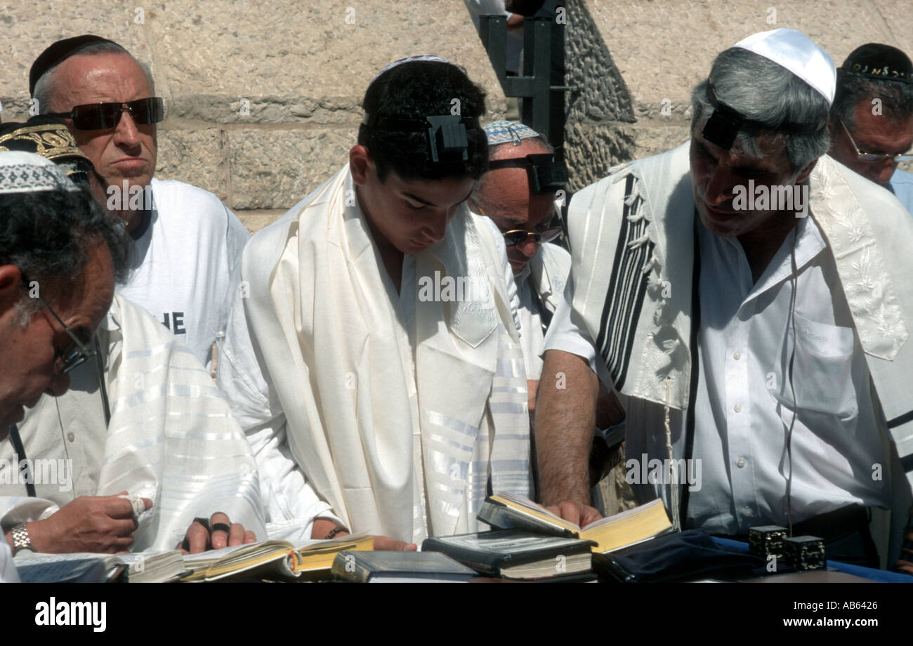 Judiasm Jews at the Western Wall in jerusalem - Stock Image