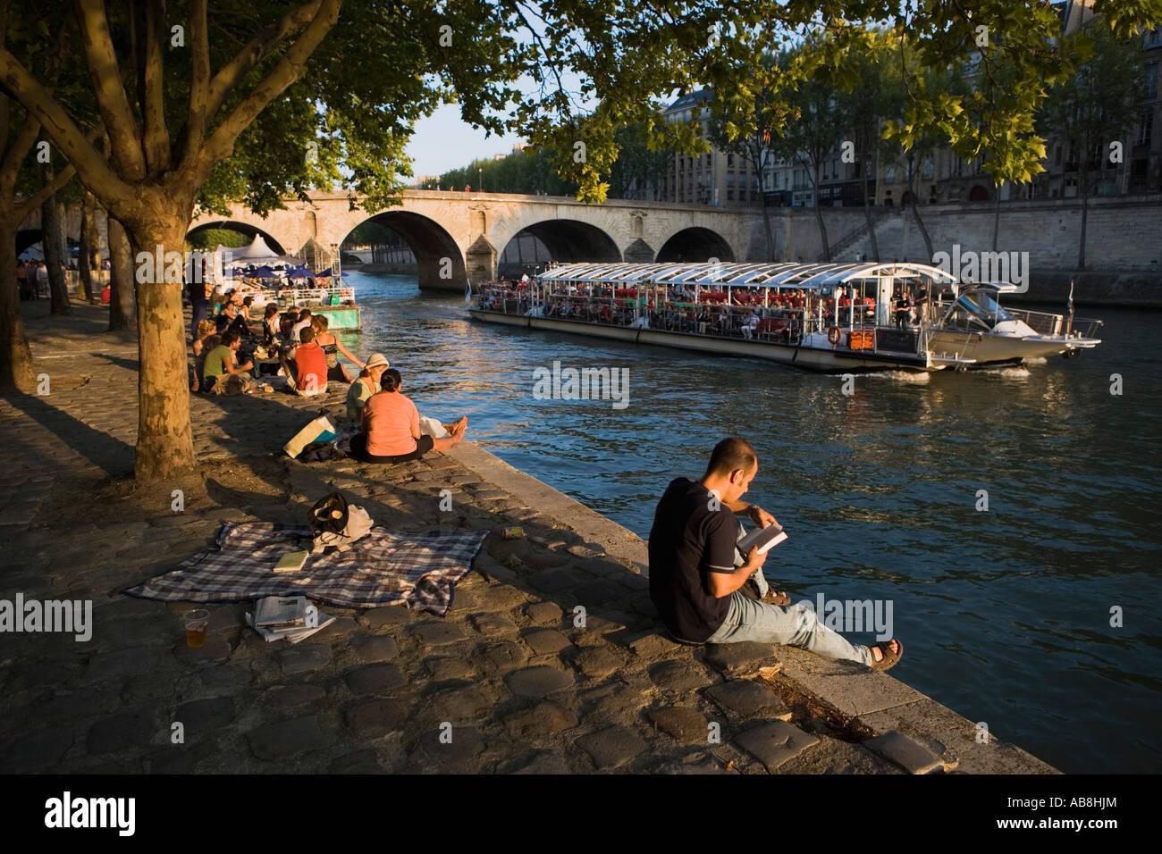 Reading, Paris Plage, Pont Marie, Seine, Paris, France - Stock Image