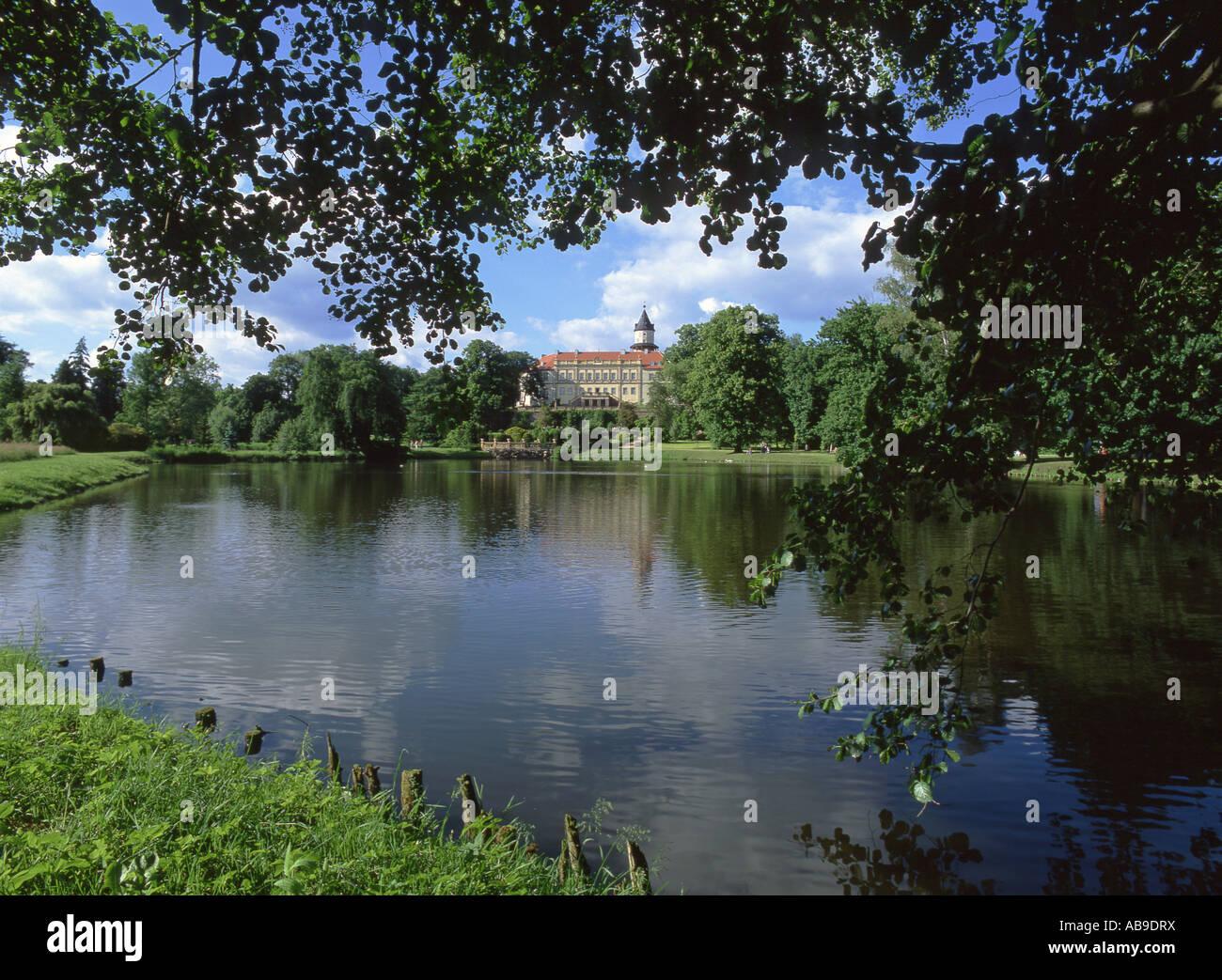 Wiesenburg Castle and pond, Germany, Brandenburg, Flaeming, Wiesenburg - Stock Image