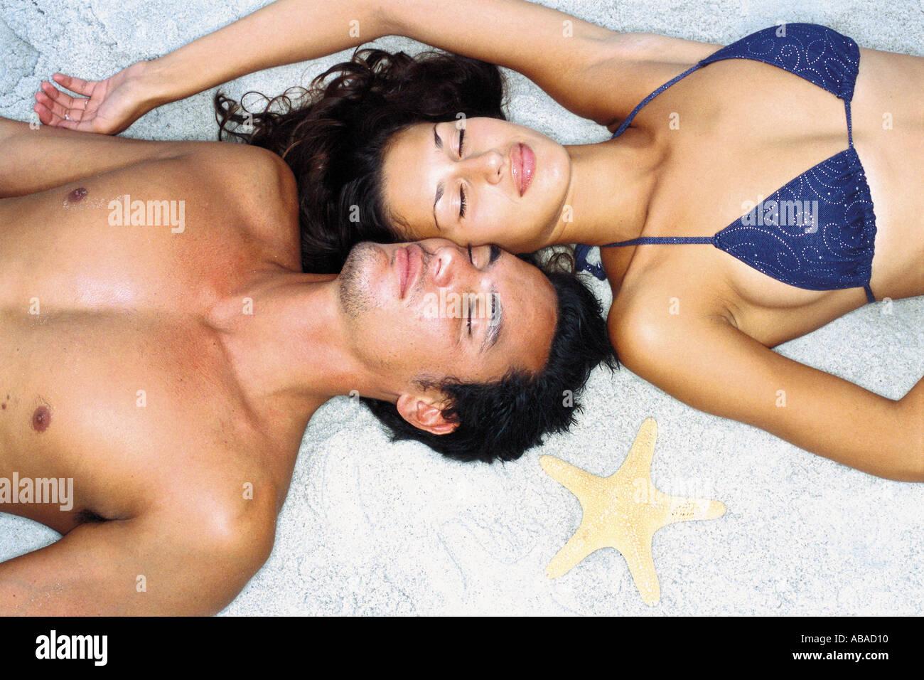 Romantic man and woman on beach - Stock Image