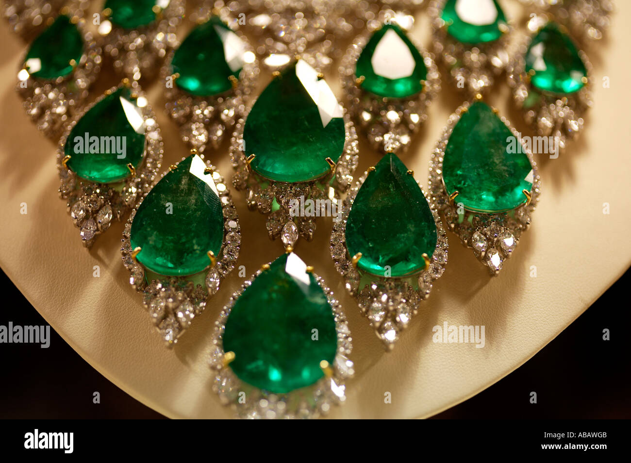 winner shop transparency necklace and trapiche muzo subsampling rare eight emeralds product emerald colored selim bib upscale the gemstones mouzannar scale amal over false crop with
