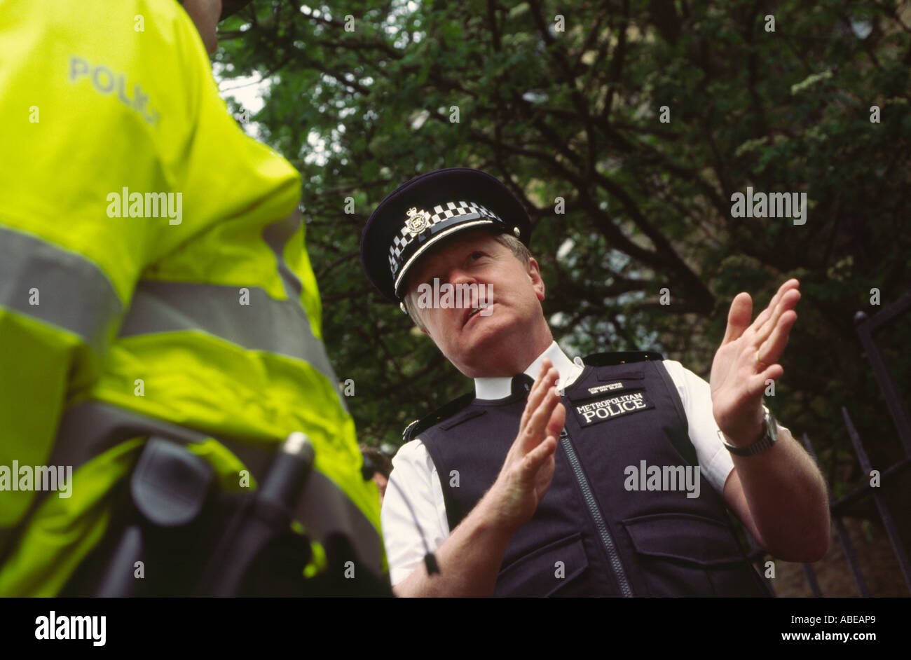 Sir Ian Blair Metropolitan Police Commissioner on patrol with police officers in Dalston, Hackney, London, UK Stock Photo