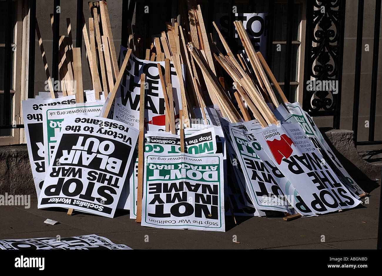 Discarded placards after London anti war demo 2003 Photo by John Robertson - Stock Image