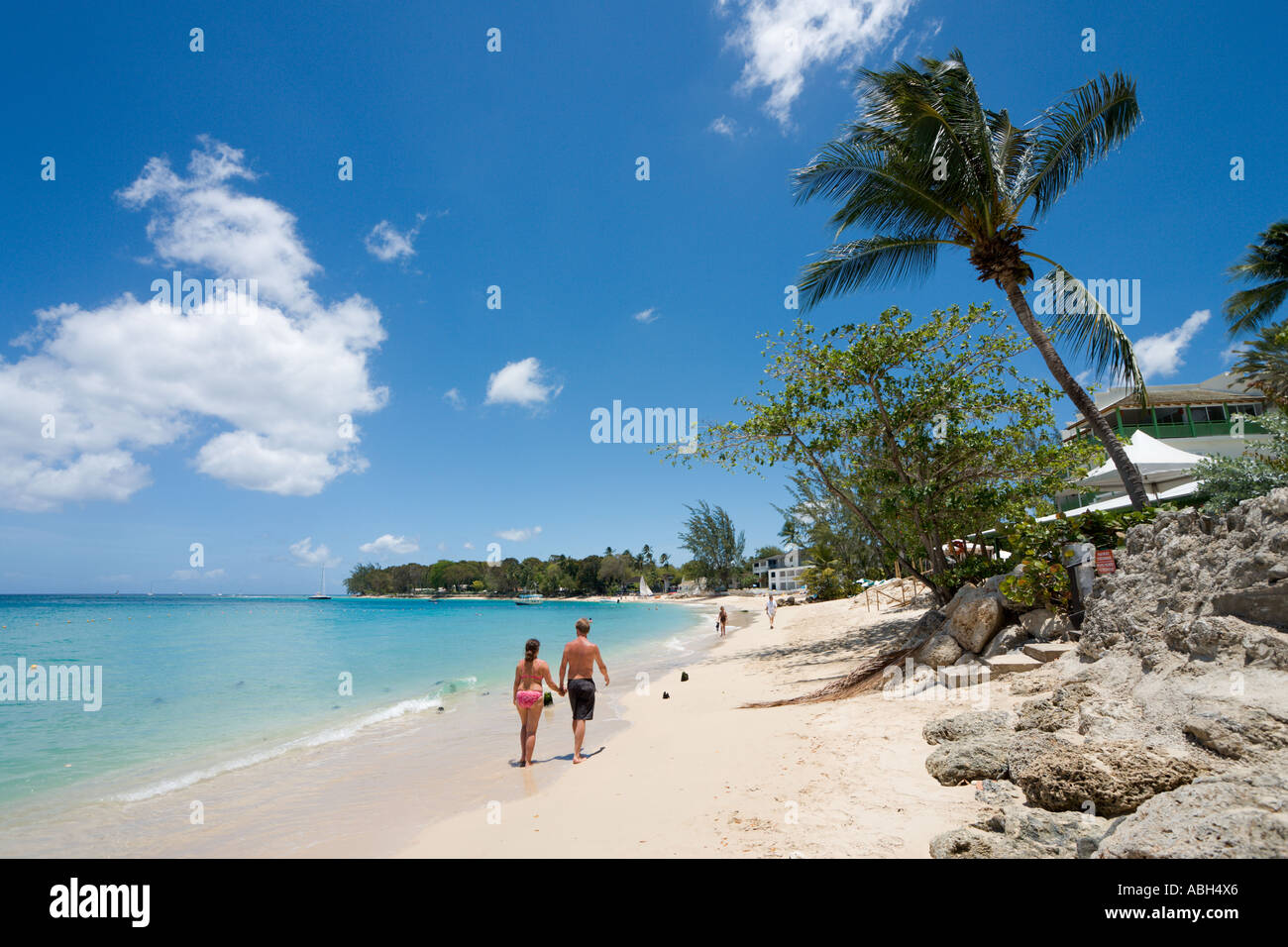 Barbados. Couple on the beach at Holetown, West Coast, Barbados, Lesser Antilles, West Indies, Caribbean - Stock Image