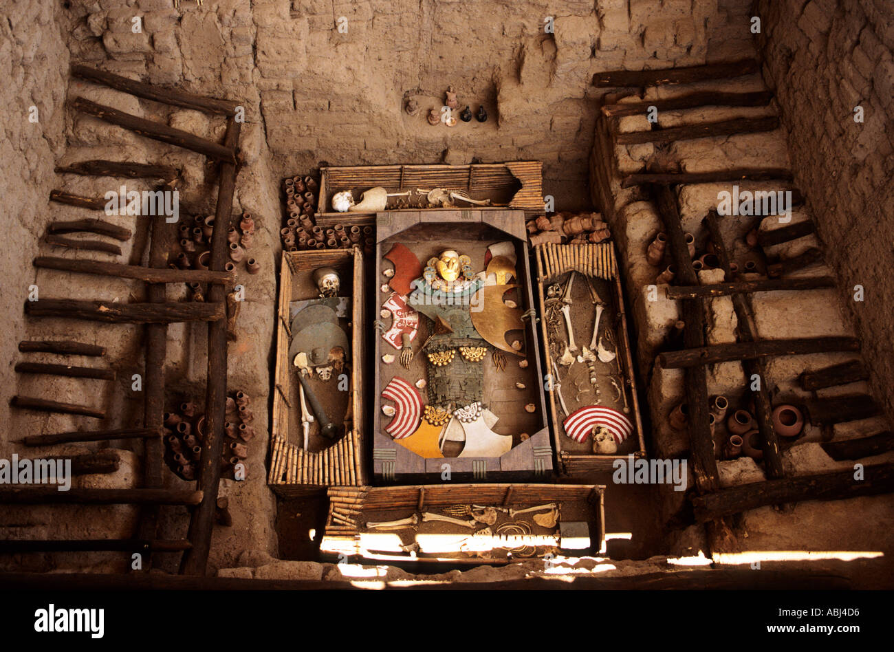 Sipan, Peru. Pre-Inca burial of El Hombre de Sipan with burial goods and acolytes. - Stock Image