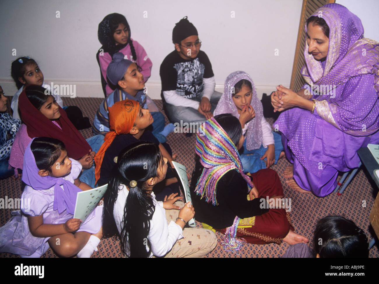 Sunday school lesson for young Sikh children in the gurdwara - Stock Image