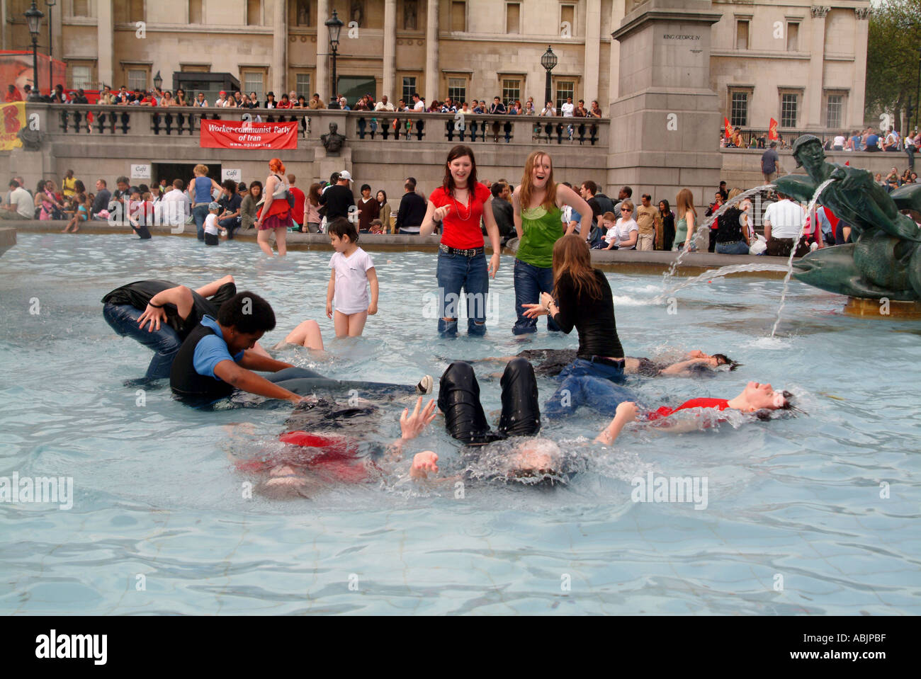 YOUNGSTER COOLING IN THE POOL AT TRAFALGAR SQ 2005 - Stock Image