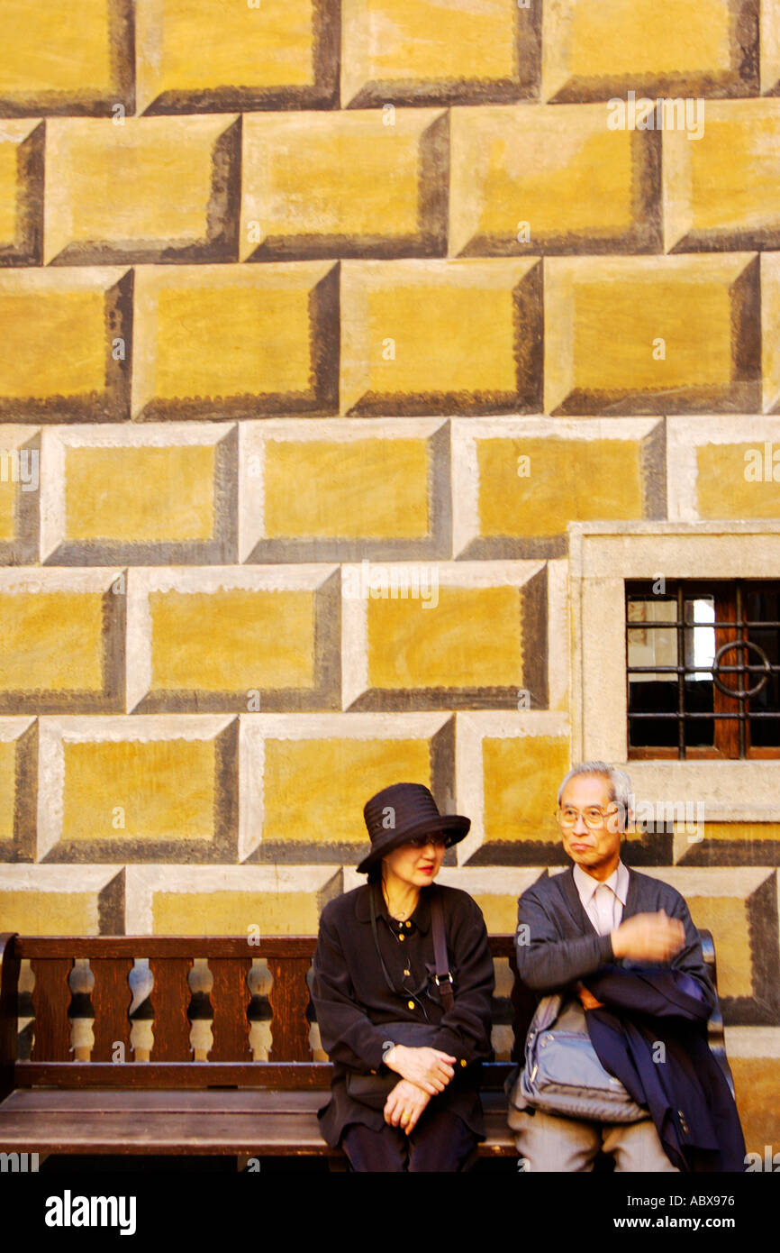 Czech Republic, Cesky Krumlov, Couple on bench at Krumlov Castle Stock Photo