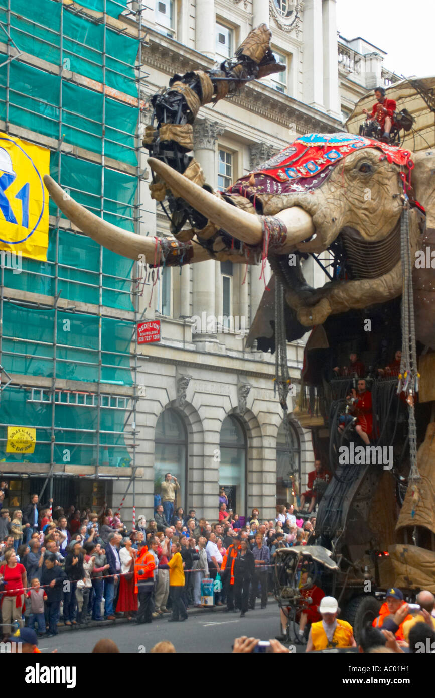 The Sultans Elephant trumpets loudly as it makes its way down Pall Mall Stock Photo
