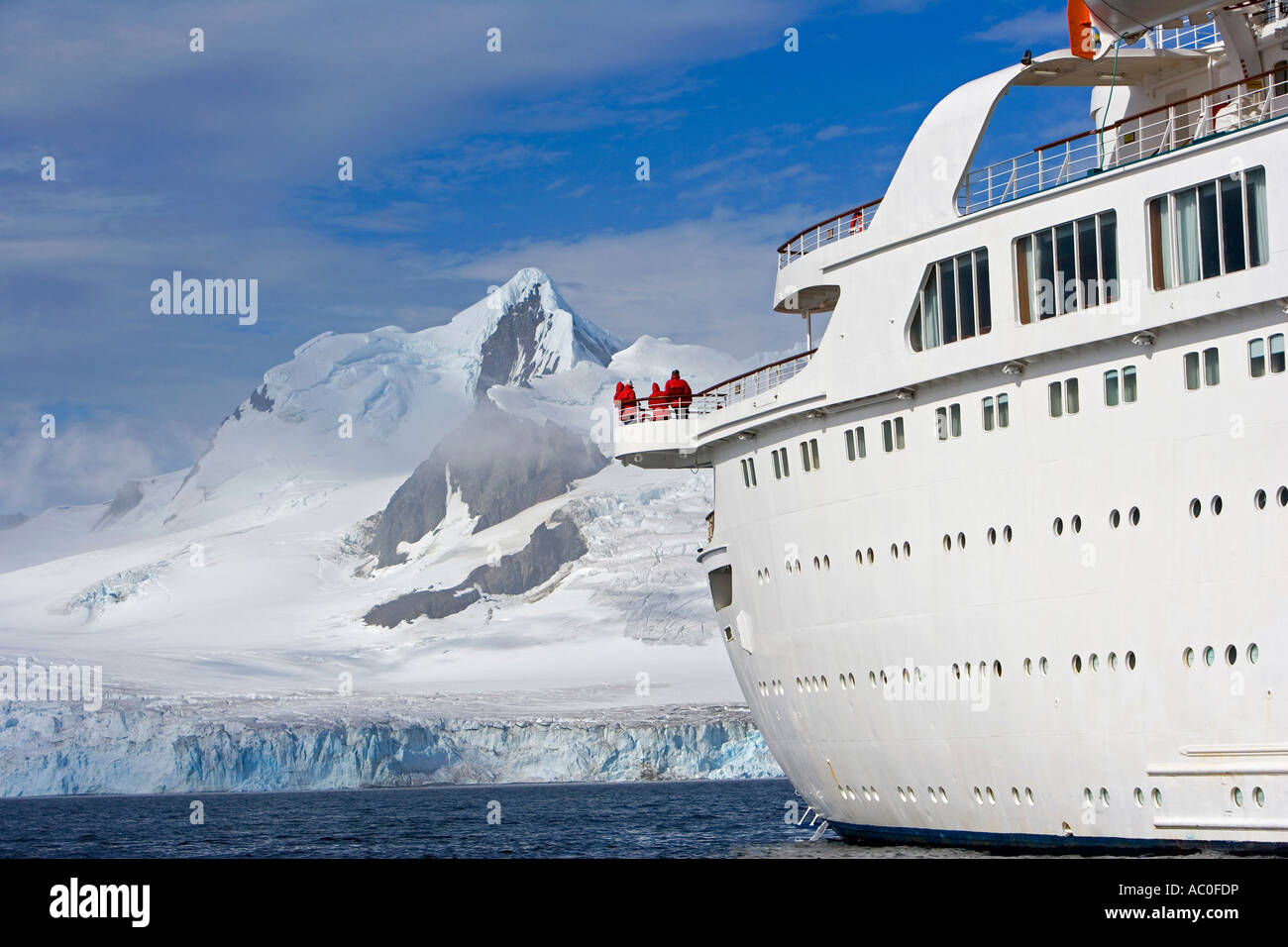 The mountains of the Livingstone Range at the stern of the MV Discovery during a landing at Half Moon Bay in Antarctica.The - Stock Image