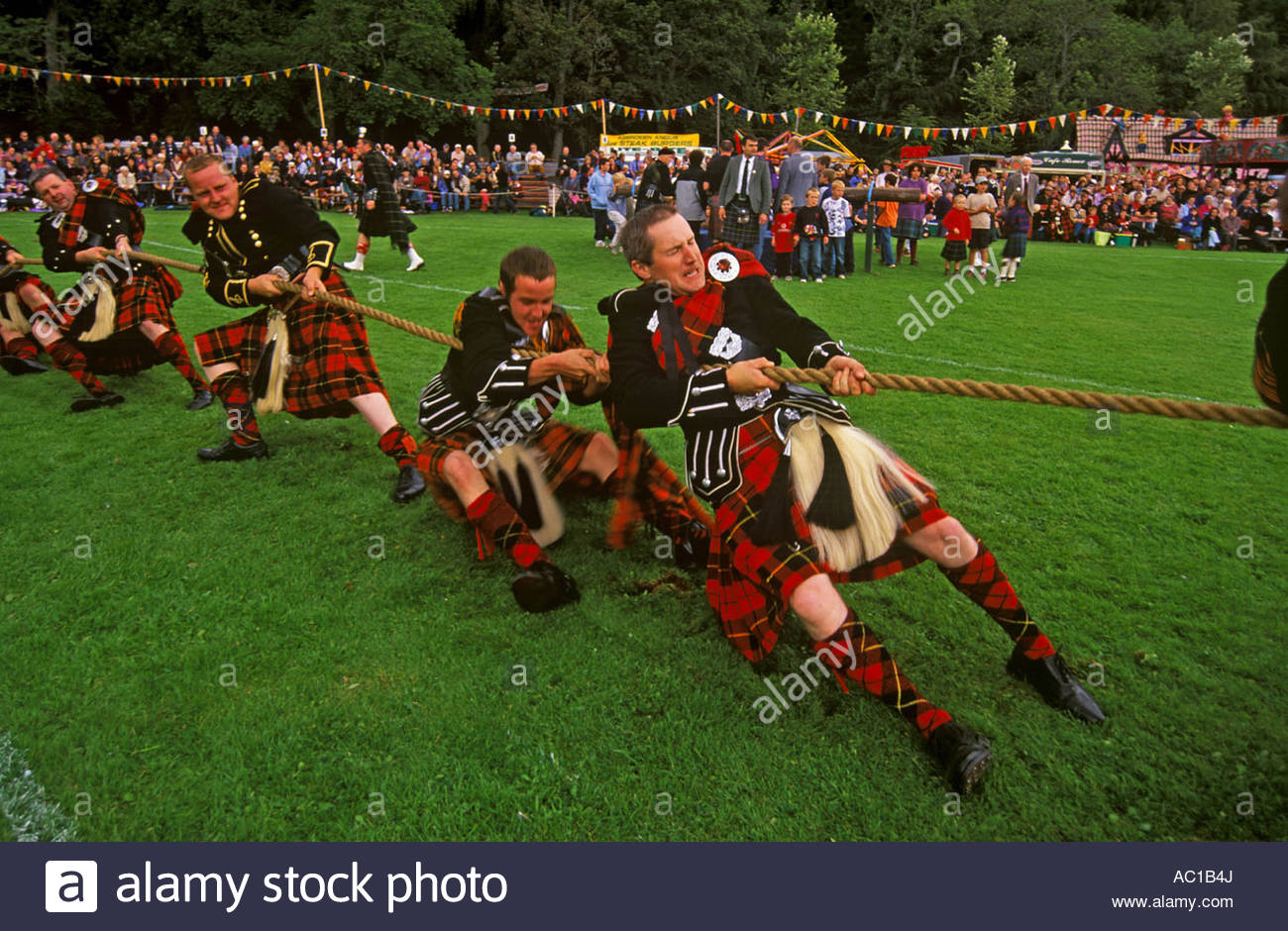 TUG OF WAR COMPETITION AT THE LONACH HIGHLAND GATHERING AND GAMES STRATHDON ABERDEENSHIRE - Stock Image