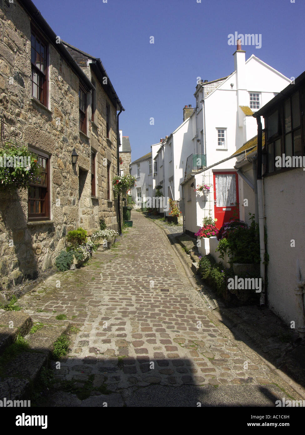 One of the many tiny back lanes in St Ives. - Stock Image
